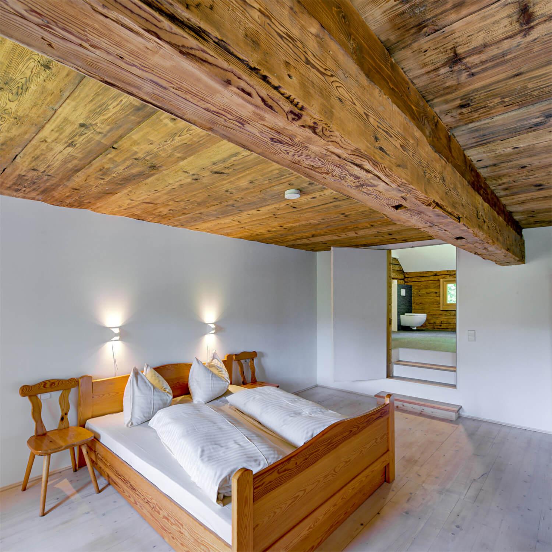 Ferienhaus Maar1 am Goldberg - Zimmer Annelies, Südzimmer, Doppelbett und ein Einzelbett, angeschlossenes privates Bad mit Badewanne