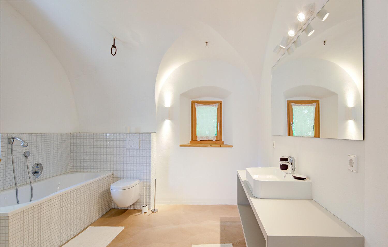 Ferienhaus Maar1 am Goldberg - großes Badezimmer mit Badewanne, Dusche im historischen Kreuzgewölbe