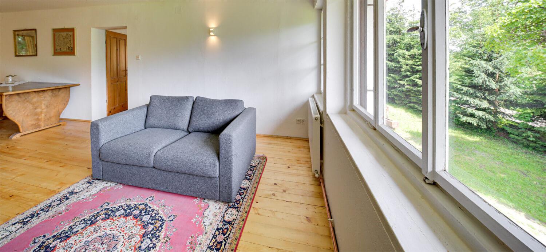 """Ferienhaus Maar1 am Goldberg - Halle erster Stock, Muf (kärnt. für """"oben auf""""), gemütliches Sofa zum Chillen, Lesen, Rückzug"""