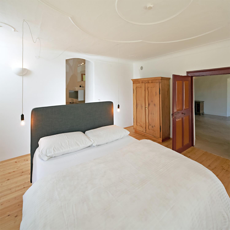 Ferienhaus Maar1 am Goldberg - Zimmer Hermine, reizendes Schlafzimmer mit Deckenstuck in Süd-West- Ausrichtung im Erdgeschoß mit angeschlossenem Bad im Kreuzgewölbe