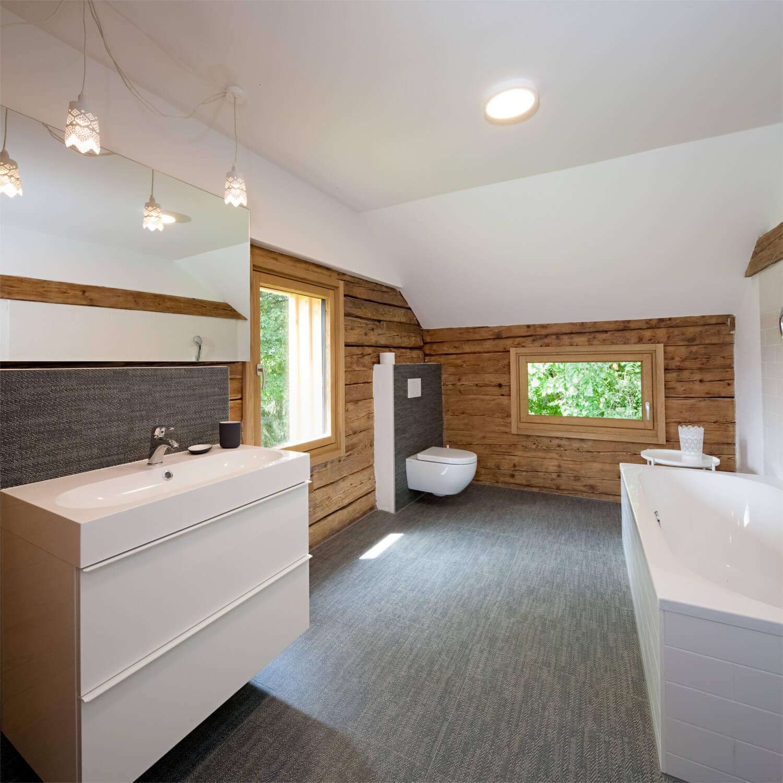 Ferienhaus Maar1 am Goldberg - großes Badezimmer mit Badewanne im aufwendig renoviertem Kornspeicher mit Blick auf die karnischen Alpen, Schlafzimmer Annelies angeschlossen