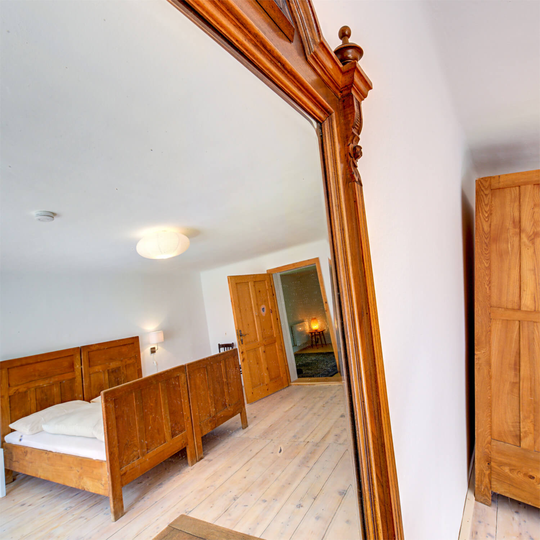 Ferienhaus Maar1 am Goldberg - Zimmer Benjamin, Doppelzimmer mit antiken Möbeln
